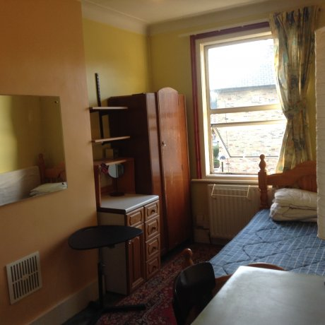 Zone 2 Finsbury Park near station & bus stops,