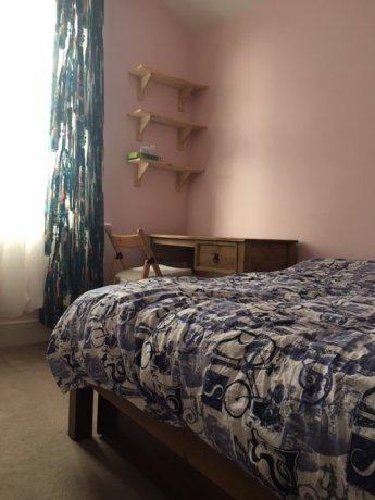 家具一式が新調されたダブルルーム。ロンドン市内まで35分