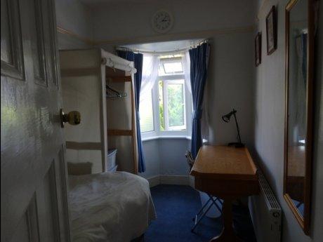 ❖3泊から宿泊でき自炊可能。治安のいい閑静な住宅街の出窓のシングルルーム