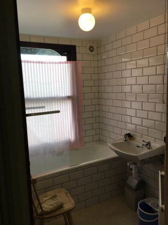 Zone 2, single room near subway, bus stop, shops!